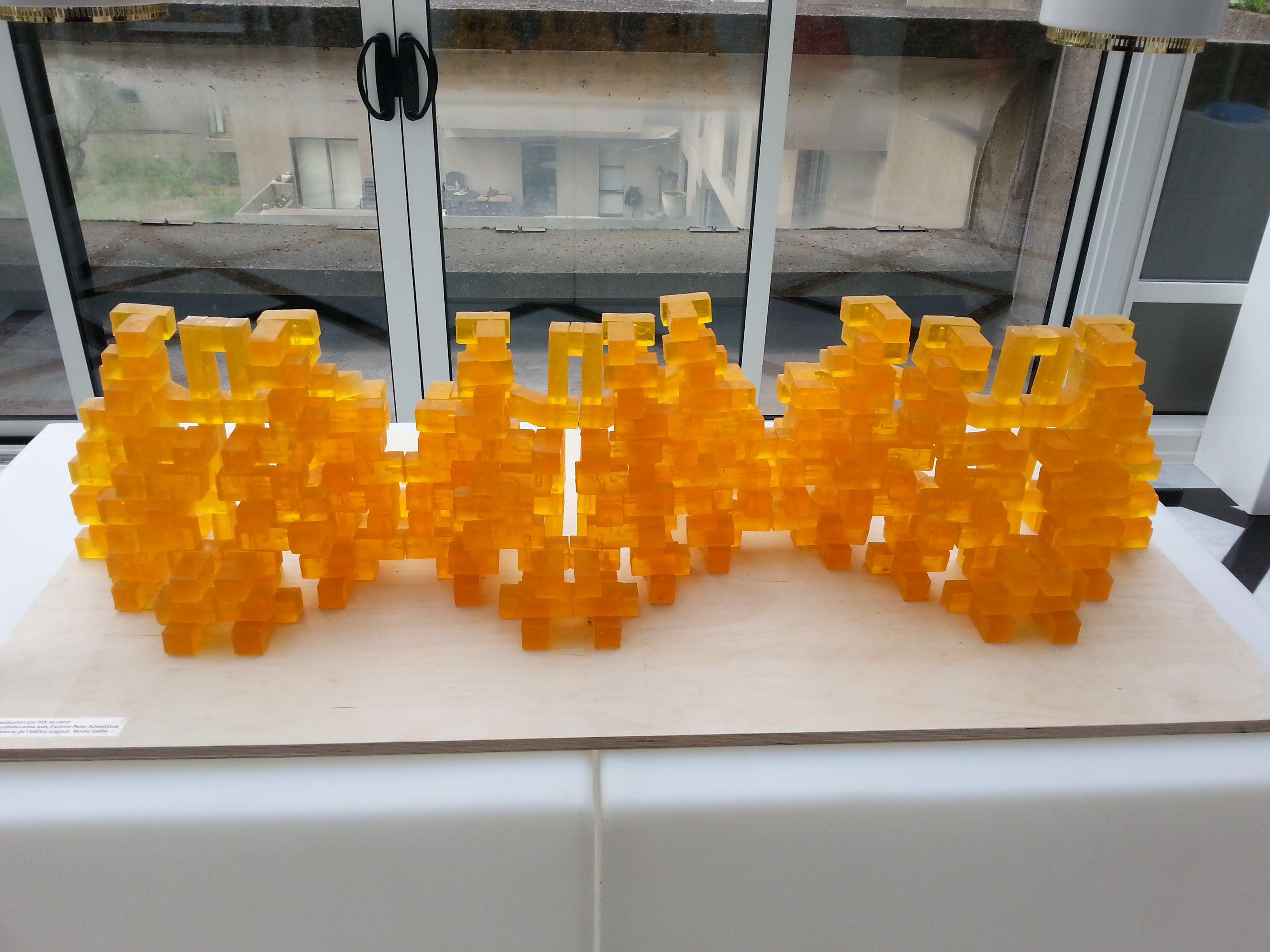Neutrogena et sa sculpture d'Habitat 67,  fait  de savons ambrés