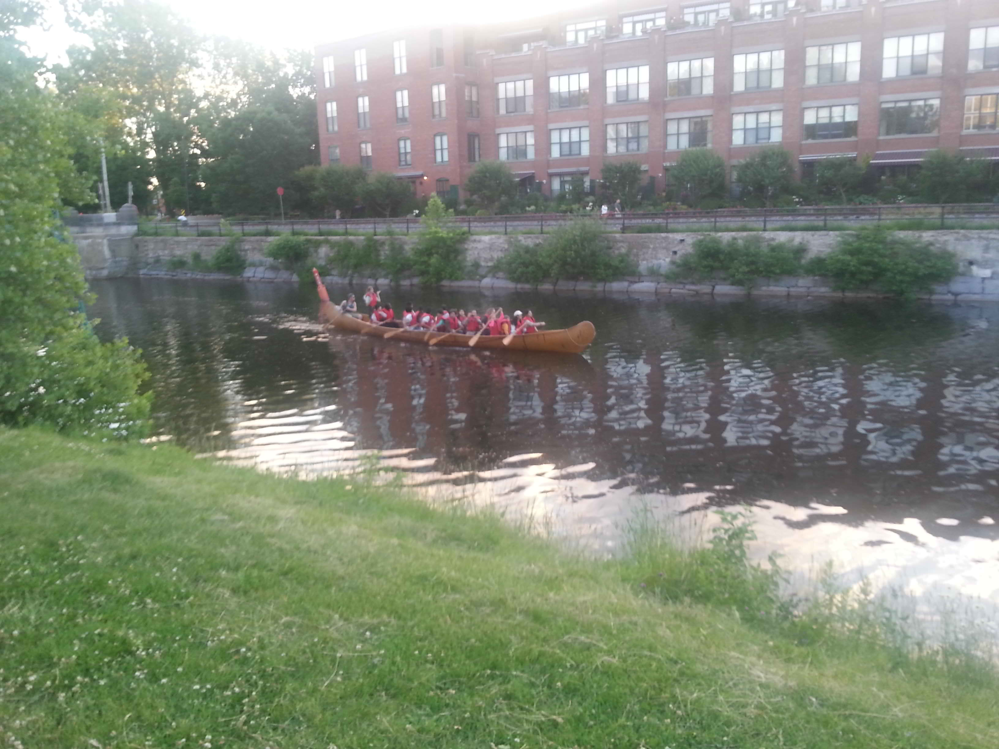 Une des activités offertes: un tour de canot rabaska sur le Canal de Lachine