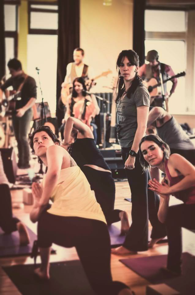 Bears of Legend en prestation au studio de yoga Wanderlust