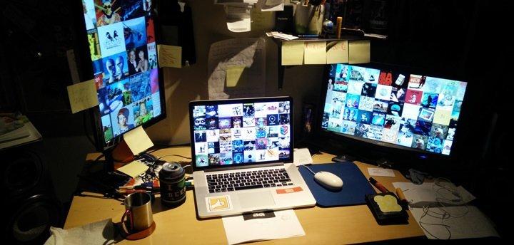 Le bureau de Mathieu, plein de technologie | Boucle Magazine