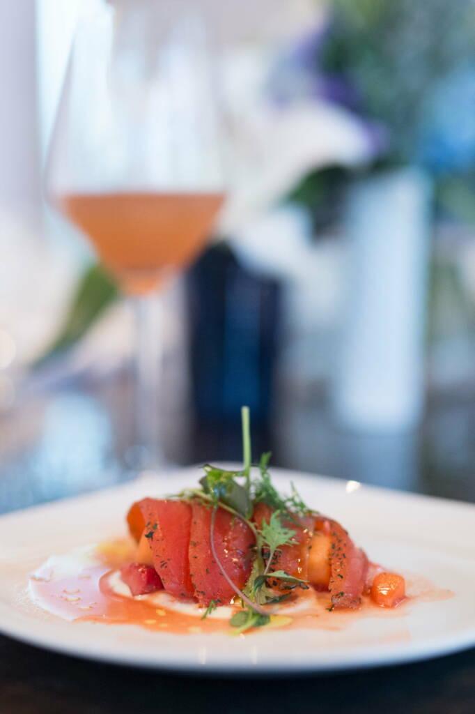Recette saumon mariné et salade de fraises Un voyage gourmand sur la Côte d'Azur avec GREY GOOSE 1
