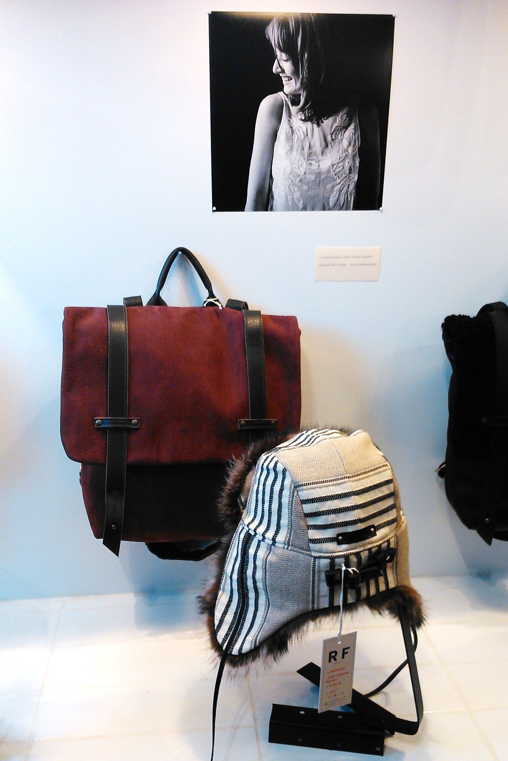 La section des sacs à dos et chapeaux: épurée, et accompagnée de superbes portraits en noir et blanc.