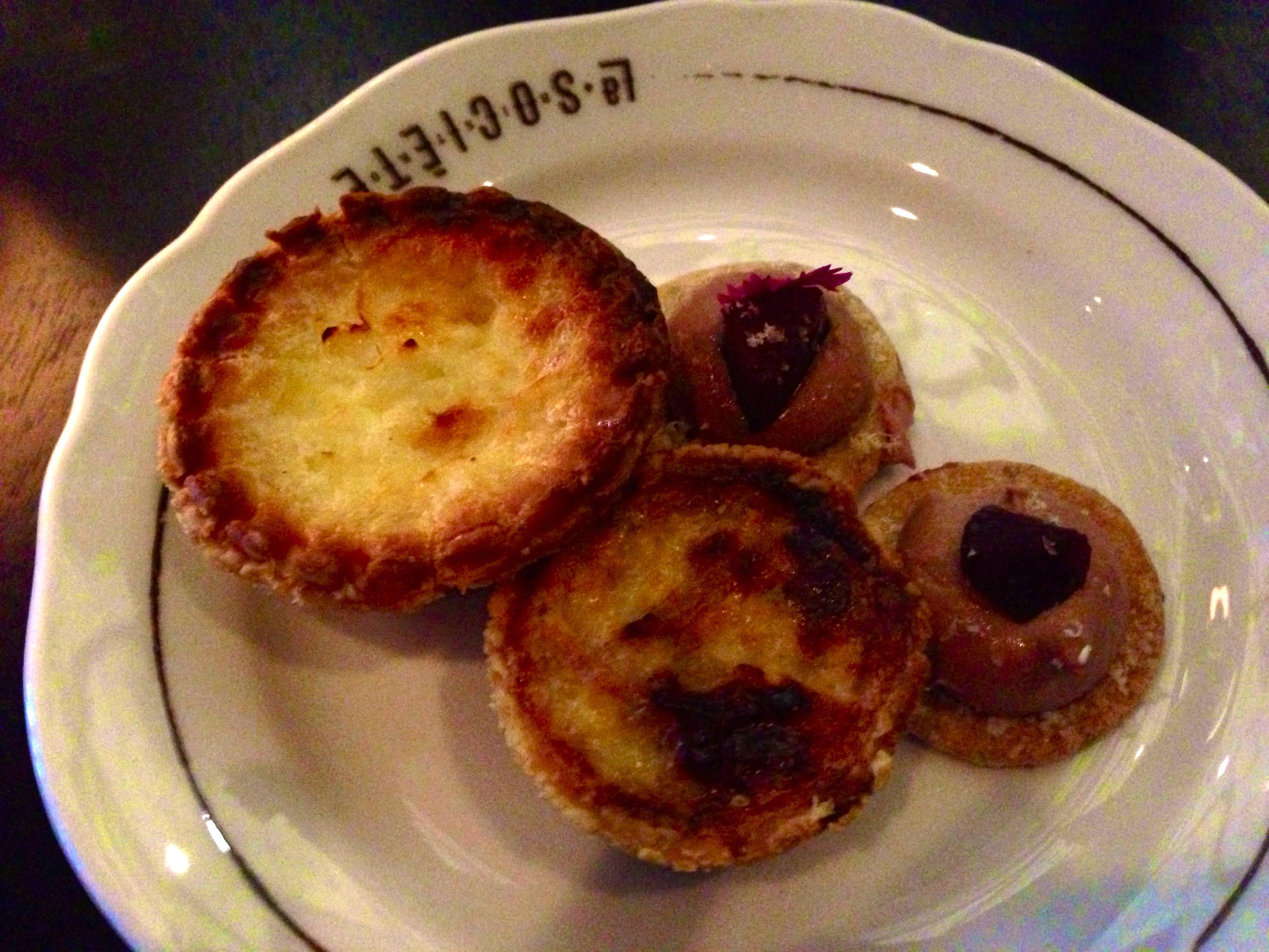 Mousse de foie gras & quiches au fromage.