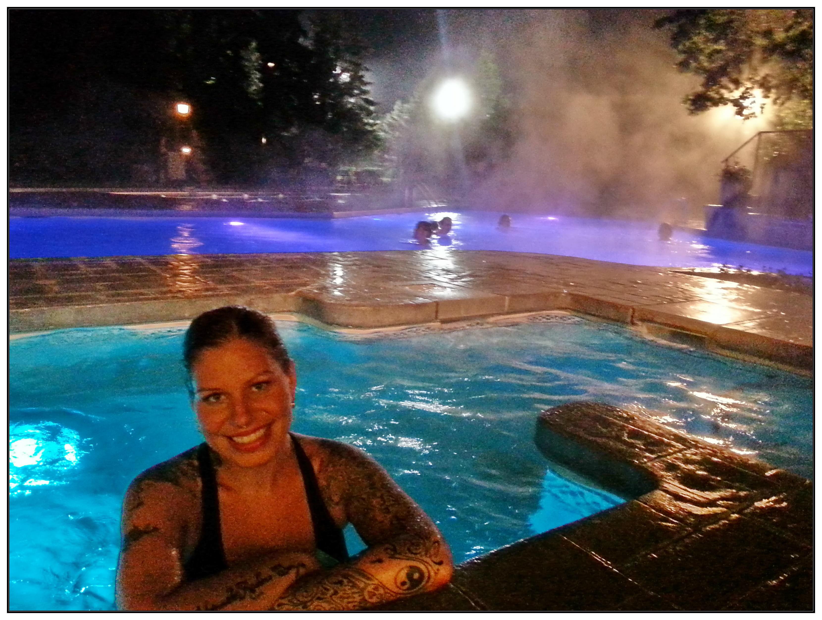 La piscine et le spa en soirée