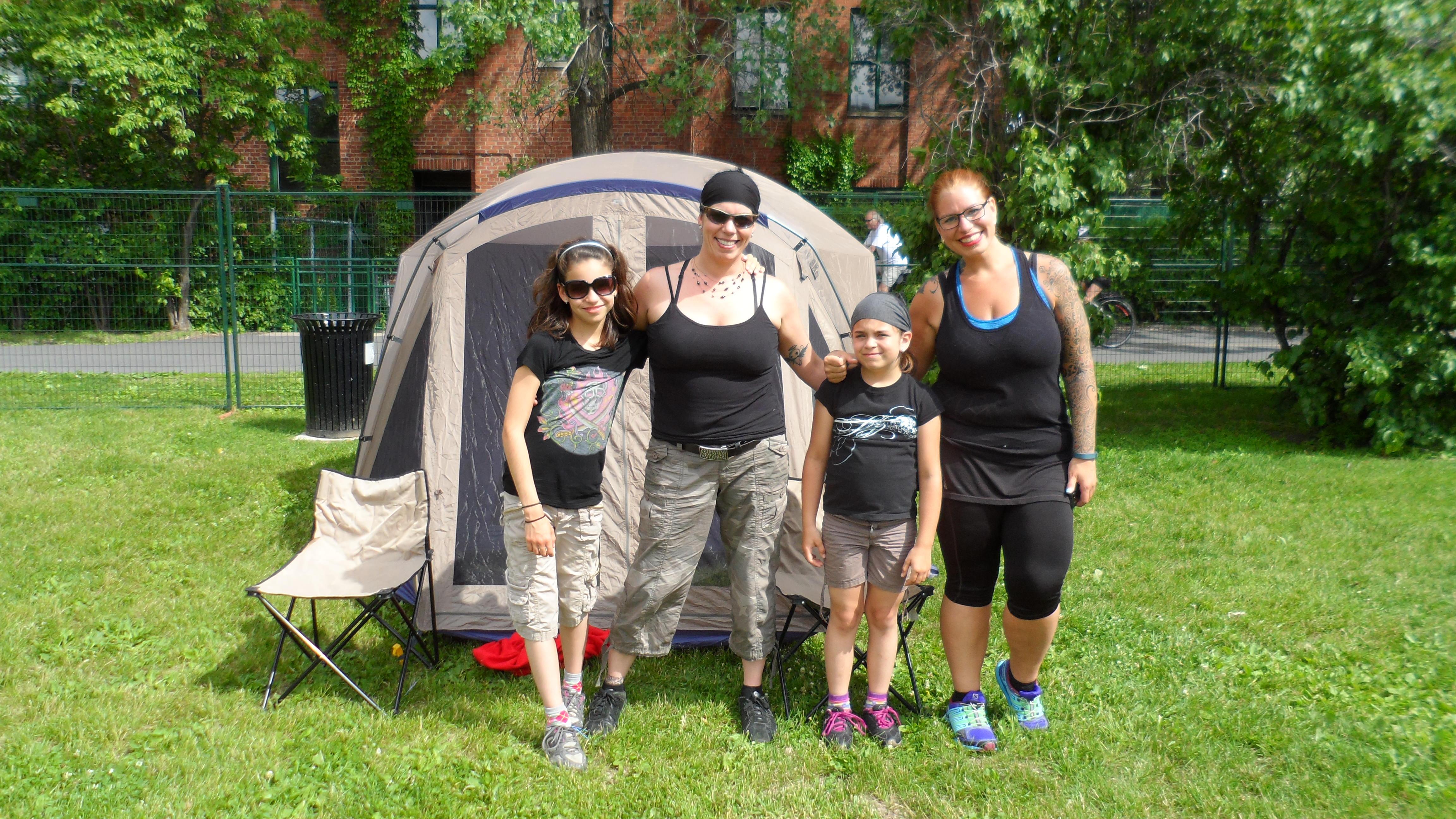 Posant fièrement devant notre tente