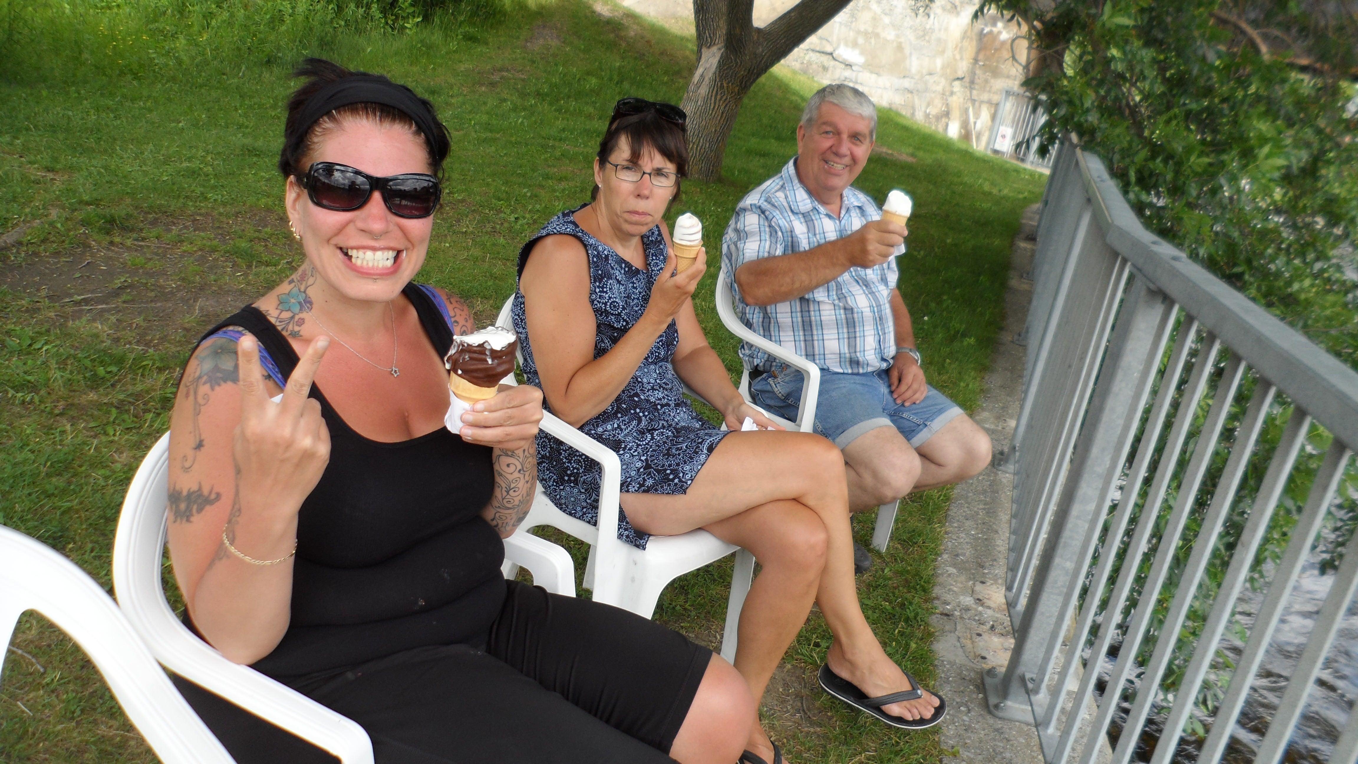 Notre petite crémanglace sur le bord du Lac Mégantic,  avec mon papa et sa copine